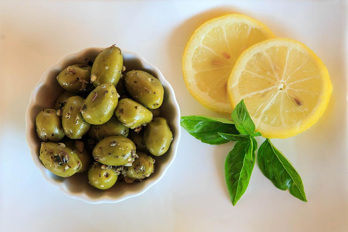 Olives Picholine à ail, basilic et citron